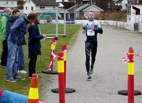 BESTE LOKALE MARATONLØPER: Rune Paulsen fra CK Haugaland tok 2. plass på helmaraton under Karmøy Maraton. Dermed ble han beste lokale løper. Foto: Jan Kåre Ness