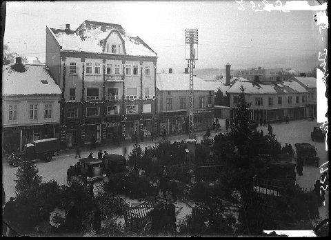 FORRETNING: I trehuset til venstre på Farmannstorvet drev familien Plesansky Tønsberg ekvipering, Huset ble revet etter krigen. Foto: PRIVAT