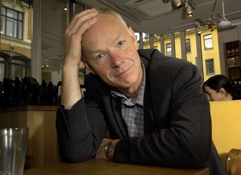 Per Olaf Lundteigen og stortingskollega Trond Helleland går imot den planlagte nedleggingen av Hallenskog stasjon.
