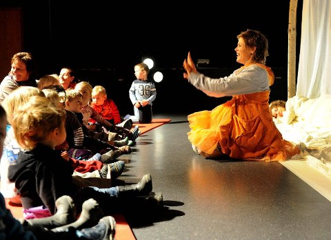 Tove Karoliussen og de andre lot barna ta aktivt del i forestillingen. Beløøningen var latter, hvining og høylytte gisp. Foto: Olaf Akselsen