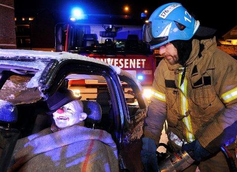 I januar hadde brannvesenet i Sandefjord blålysøvelse. Dette bildet er tatt der. Her redder Petter Sand en klovn med hatt.