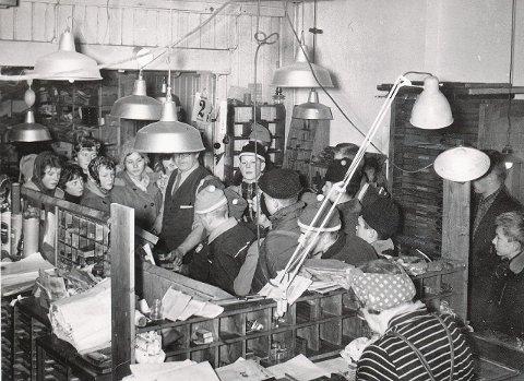 TRYKKERIET: Fra et klassebesøk i O.B.Hansens boktrykkeri. Nederst på bildet, med ryggen til, legendariske Harriet Svendsen, som var trykkeriets trofaste medarbeider i en menneskealder.