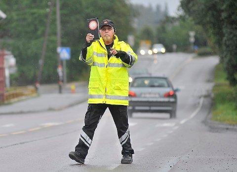 BILFØRERE I FELLA:  Ole Boldevin i Statens vegvesen knep flere bilførere som ikke brukte bilbelte lørdag ettermiddag og kveld. FOTO: AMUND LÅGBU