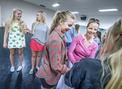 KURS: Øyunn Widskjold Krogh, Frida Hollund og Josefine Horn får en forsmak på kurstilbudet som alle videregående skoler får fra 2014.