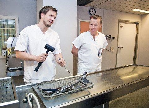 Gåte: – Du får en gåte; noen dør og du skal finne ut hvorfor, sier Bendik Sundrehagen om obduksjon. Her på obduksjonsstua på sykehuset med Jan Kristian Godøy.