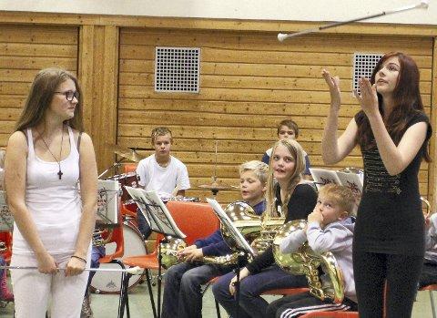 Flinke: Drillen viste seg også frem, her med Ingrid Emilie Hunhammer (til venstre) og Melanie Ask Ally.