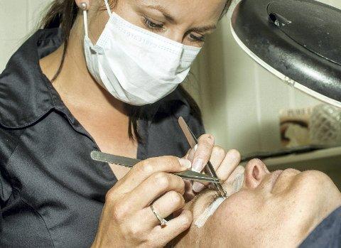 REALT PIrKEARBEID: Skjønnhetsterapeut Helene Pettersen jobber med ett og ett hårstrå av gangen. Foto: Henrik Christie