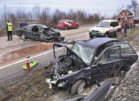 Møteulykkene på den såkalte «Dødsveien» preget Tønsbergs Blad og andre aviser på 80- og 90-tallet. Bildet er fra en ulykke på gamle E18 nord for Holmestrand.