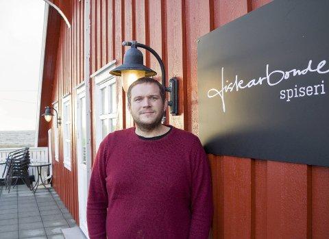 PÅ HJEMMEBANE: Åkrabuen Inge Eirik Skogland forteller at de fleste av gjestene på kommer fra Vest- og Sør-Karmøy. – Men i det siste har vi merket at stadig flere kommer fra Kopervik. FOTO: CARSTEN KICKSTAT