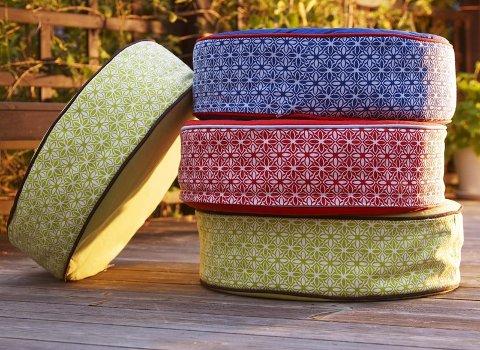 SPREKE PUTER: Tekstilene er fulle av farger og mønstre i sommer, som putene fra IKEA.