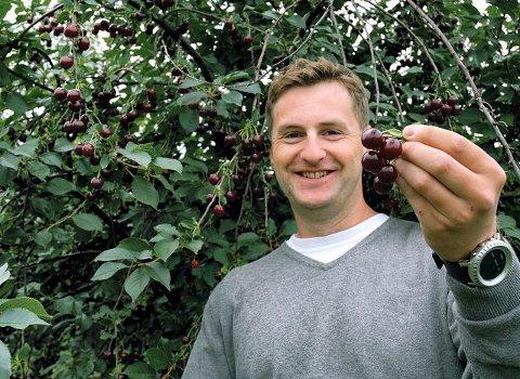 Godt klima. Rune Humlebekk er med på kirsebærproduksjonen.  – På grunn av Eikern er det godt klima for bær her. Vi får også vannet direkte fra innsjøen, sier han. FOTO: GURI HARAM