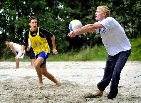 Yngve Antonsen (19) og Jørn Gamlemoen (19) trener på sandvolleyballbanen på Sofiemyr. Ikke akkurat Copacabana, men de to satser mot OL i 2016 og volleyball som levebrød.