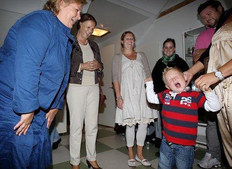 De slo latterdørene på vid gap, Høyre-leder Erna Solberg og stortingsrepresentant Ingjerd Schou, da Bo Lindquist-Ellingsen forkynte at det er aldeles flott å begynne i en privat barnehage.
