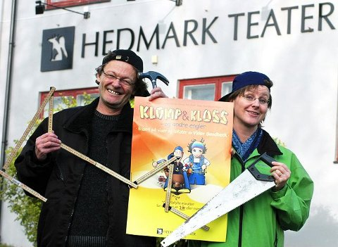 """STÅR BAK: John Nyutstumo har skrevet """"Klomp og Kloss"""", mens Linda Wolden Alme har ansvaret for at 6.000 barnehagebarn i Hedmark har fått innblikk i Vidar Sandbecks verden.<I>Foto: Knut Fjeld</I>"""