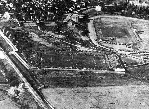 Idrettsanlegget på Marienlyst var opprinnelig travbane, men ble i 1918 bygd ut med idrettsbane på «indre bane» og i 1924 ny gressbane med tribuneanlegg sør for travbanen. Bildet er fra Mjøndalens publikumsrekord i semifinalen mot Viking fra 28. september 1947 med 17.300 tilskuere.