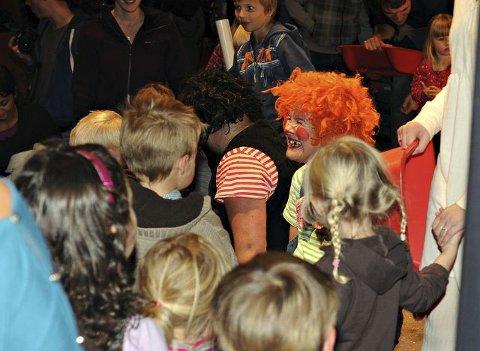 TEATER: Karius og Baktus (på bildet) trakk mange unger til forestillingen i Kongsberg kino lørdag. Så å si samtlige av dem ville prate med de to tanntrollene etter forestillingen. FOTO: CATO MARTINSEN