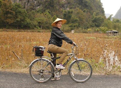 Var i Kina: Marie Brudevold utenfor Yangshou, på vei for å smake på delikatesser som frosk, snegler og hund. ARKIVFOTO: PRIVAT