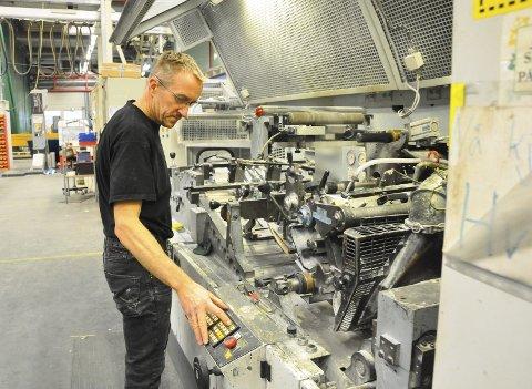 Litt etter klokken 12 fredag satte maskinstiller Roar Uthus (48) fra Vear i gang den siste konvoluttproduksjonen hos Bongs, der han har jobbet i 28 år.
