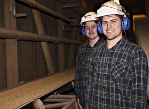 Råvareforedling: Lærlingene Redjo Berbic og Michael Lindquist bidrar i produksjonen av mel og olje fra soyabønner.