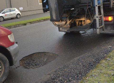 EN OVERRAKELSE I VEGBANEN: Hullet i Øverbakkvegen i sentrum av Brumunddal var stort nok til å skremme bilister. Heldigvis var NCC raskt på plass og reparerte vegbanen.