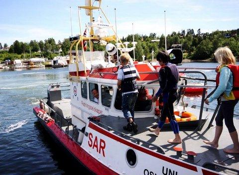 KAPTEIN: Tom-Erik Carlsen har full kontroll på redningsskøyta «Uni Oslofjord». Båten kan nå en toppfart på 35 - 40 knop, og viste barna at den er en viktig bidragsyter ute på sjøen.