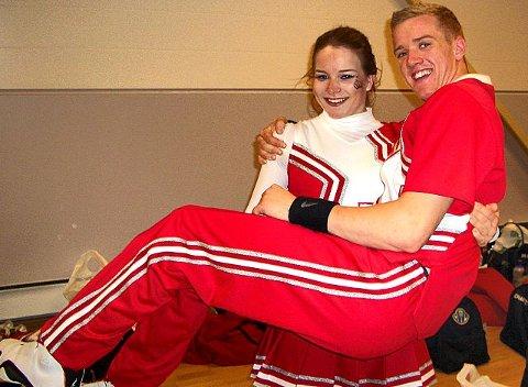 Fredrik Hammersborg Hansen fra Larkollen og Kerensa Dominguez tok NM-gullet i partner-stunt under NM i cheerleading. foto privat