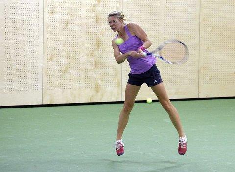 I SLAG: Emma Flood har vist gode takter under denne ukens Åpne norske mesterskap i tennis i Oslo. I kveld spiller hun både semifinale i single-klassen og finale i double. FOTO: EVA GROVEN