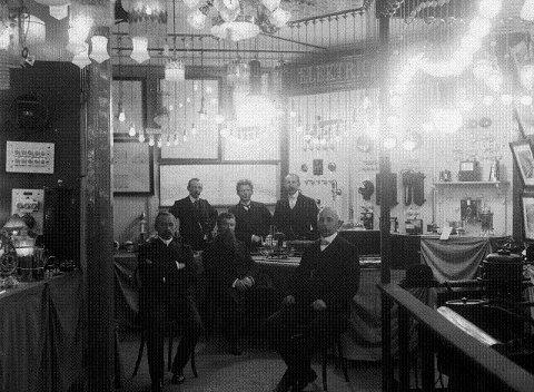 Den elektriske kraften ble introdusert for drammenserne under Amtsutstillingen i parken i 1901. Mest inntrykk gjorde nok det fantastiske lyset fra de elektriske buelampene. Bildet er trolig fra Drammens Elektriske Bureaus stand på utstillingen.