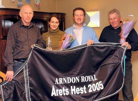 ÅRETS HEST: Gunnar Flåten(nr.3 f.v.) mottok seiersdekken som eier av Arndon Royal, som ble årets hest i travforeningen. Truls Roar Wivestad(t.v.) ble gjenvalgt som leder. Marthe Wessel ble hedret som champion i travritt på Jarlsberg mens Thore Hansen(t.h.) fikk premien som eier av årets 3-åring. FOTO: VIDAR KALNES