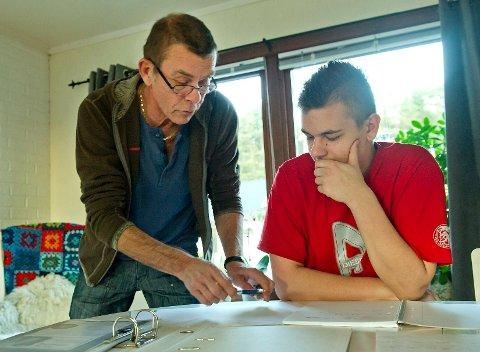 Magnus Johnsen (17) får ikke ta opp fag fra ungdomsskolen. Han har fått hjelp av bestefaren Jan Helge Knudsen til å forbedre seg faglig.