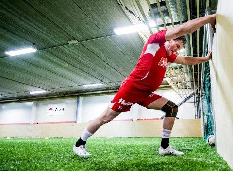 Gammel proff: Knut har spilt fotball før og vet at det er viktig å tøye ut etter treninga.