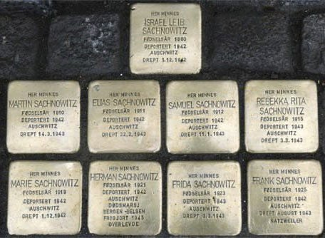 I BAKKEN: Det er lagt ned snublesteiner i Larvik til minne om Sachnowitz-familien. Foto: Roberta Bensky