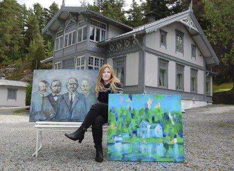 På svartskog: Tone Linn Holtan med to av utstillingsbildene utenfor Roald Amundsens hjem på Svartskog. Motivet til venstre er med de fire Amundsen-brødrene Gustav (f.v.), Leon, Roald og Tonny. Det fargerike motivet til høyre er av Amundsens hjem, Uranienborg. Holtan åpner utstilling med Amundsen-inspirerte motiver lørdag 28. juni.