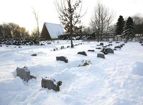Kulden skaper også problemer på kirkegården.