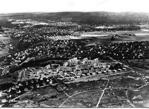 Ekeberg Hageby er alle husene nederst på bildet. Bilde fra Tom Schibbyes postkortsamling.