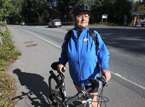 – Tull å prioritere gang og sykkelsti slik kommunens økonomi er i dag. Da er det bedre å utbedre fortauet, sier Åse Korsmo. Hun sykler daglig til jobb langs Osloveien.