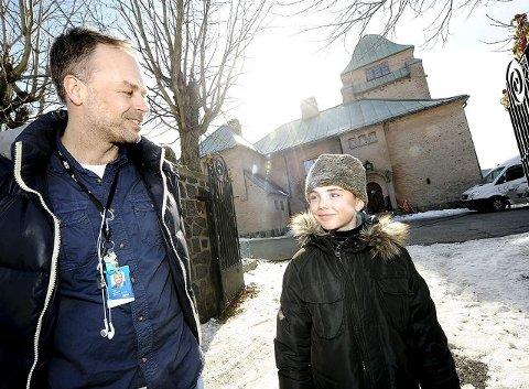 Oscar Fosse (t.h.) spiller hovedpersonens plageånd i NRKs nye julekalender, som skal sendes i 2012. I serien bor karakteren hans i dette huset på Toppenhaug i Drammen. Produsent Marius Hoel forklarer at de ønsker å lage en julekalender for hele familien.