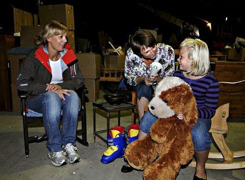 LOPPER i BLODET: Guttemusikken skal ha loppemarked i Kongsberghallen. Fra venstre markedsansvarlig Heidi Sandvold, leder Marianne Helgås og Thea Sandvold. FOTO: CATO MARTINSEN
