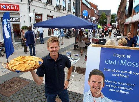 Høyres ordførerkandidat, Tage Pettersen, lokket ved vafler og velsmurt Høyre-politikk under valgkampåpningen i Dronningensgate. Den siste målingen gir borgerlig flertall i Moss.
