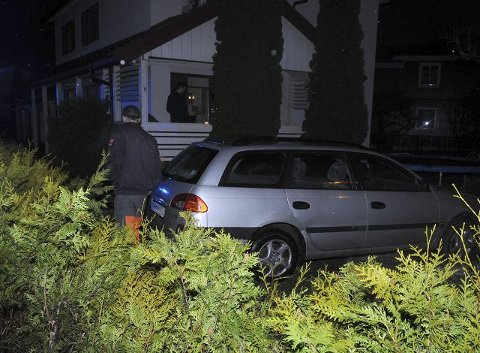 HAVNET I HAGEN: Mannen i 70-årene var sannsynligvis død da bilen skjenet ut i en hage i Schwabes gate onsdag kveld. FOTO: CATO MARTINSEN
