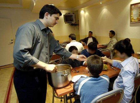 TYRKISK GRYTE.  Heltidsansatte Serkan Polat sørger for mat til barna tidlig og sent. Klokken 19 er det middag, klokken 22 leggetid. PS! Guttenes ansikter er sladdet fordi foreldrene ikke er spurt om samtykke til fotografering. FOTO: NILS J. MAUDAL
