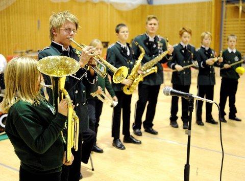 I løpet av det siste året har Andebu skolers musikkorps fått 12 nye medlemmer. Her er et utvalg musikere fra jubileumskonserten til korpset i 2010.