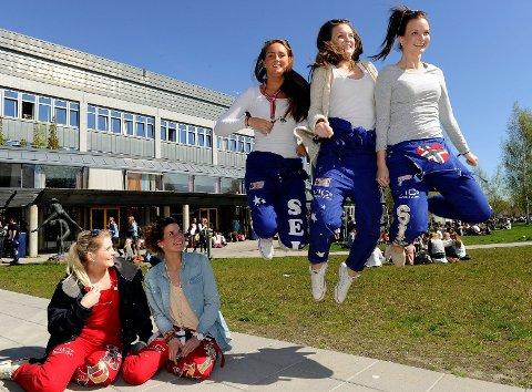 Hedda Bjanger Andersen (f.v.), Betina Krømke, Sigrid Seim, Julie Bang og Silje Bang er avgangselever ved Sandefjord videregående skole og har hver sin plan for hva de skal gjøre neste år.  Foto: Olaf Akselsen