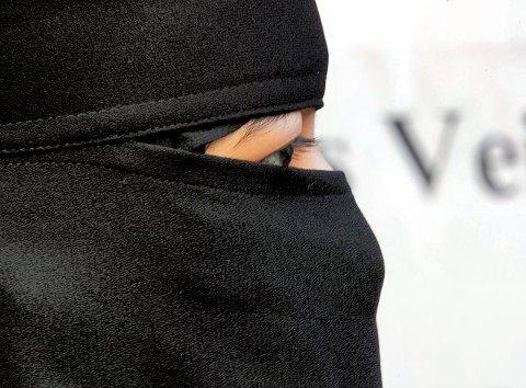 Kan bli forbudt. Ansatte ved videregående skoler i Nedre Glomma og Moss har reagert på bruk av niqab blant elevene. Nå kan det bli innført et forbud mot dette ansiktsplagget, og også andre hodeplagg som dekker hele eller deler av ansiktet, allerede fra i høst. Arkivfoto: Scanpix