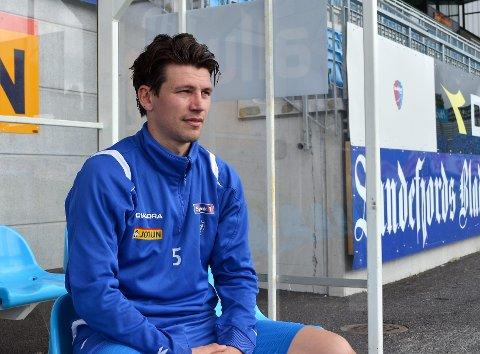 Kenneth Dokken skulle gjerne vært med på å sende Vålerengqa ut av cupen, men må fortsatt se kampene fra sidelinjen. Foto: Anders Mehlum Hasle