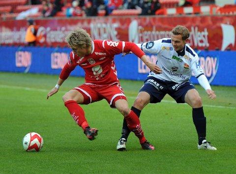 Eks SIF-spiller Fredrik Nordkvelle (t.v.) i kamp med tidligere medspiller Strømsgodsets Øyvind Storflor i eliteseriekampen i fotball mellom Brann og Strømsgodset på Brann stadion tidligere i år.