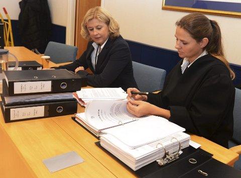 Politibetjent Lisbeth Lanner fra politiets Økoteam (til venstre) og aktor Nina Aaskjær i saken mot Norgeshjelpen. Rettssaken startet tirsdag morgen.