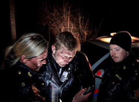 00:17. Anne Lene Dotseth, Even Urdalen og Kristian Bergan studerer gjerningsmannens Facebook-profil for å få identifisert ham skikkelig. Flere uavhengige vitnebeskrivelser fra ungdommene på Sylling gjør at politiet føler seg sikre på hvem de skal lete etter. Facebook er blitt et svært viktig verktøy for politiet under etterforskning av store og små saker, og det løste også saken for politiet i dette tilfellet.