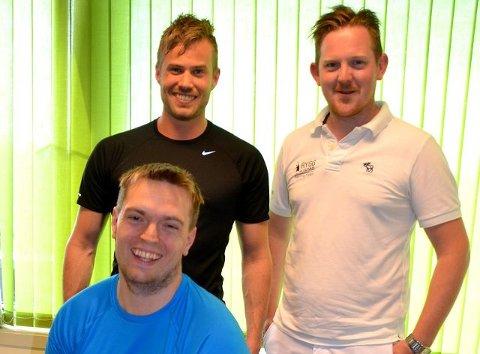 MOTIVERT: Dette gir meg motivasjon til å trene igjen, sier John Ivar Johansen som får oppfølging av naprapatene Ole-Kristen Jacobsen (bak til venstre) og Håkon Rønning Kvam fram mot Røykenmila som går søndag 7. september.