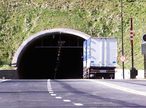 Oslofjordtunnelen ble mandag morgen stengt på grunn av et vogntog med motorstans.